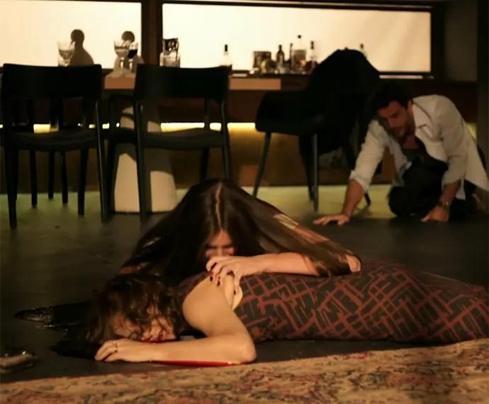 Angel chora diante do corpo de Carolina (Foto: TV Globo)