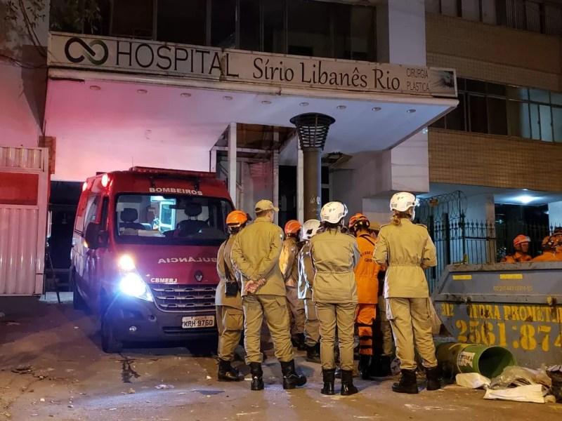 Bombeiros e agentes da Defesa Civil foram ao local do desabamento — Foto: Leonardo Ferreira/ Tv Globo