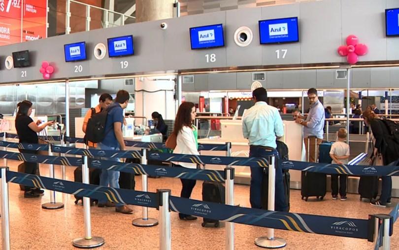 Passageiros na área de check-in no Aeroporto de Viracopos, em Campinas. Voos atrasaram por causa de paralisação de carregadores de bagagens. — Foto: Jefferson Barbosa/EPTV