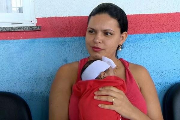 Érica foi embora do posto de saúde de Coqueiral de Itaparica, em Vila Velha, sem conseguir vacinar a filha de dois meses (Foto: Paulo Cordeiro/TV Gazeta)