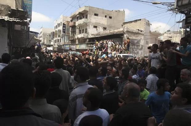 Palestinos assistem execução de homens acusados de colaboração com Israel em Gaza nesta sexta-feira (22) (Foto: Reuters)