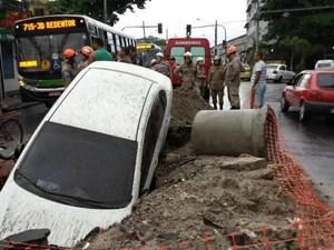 Carro do policial foi roubado; veículo que era dirigido por criminoso caiu em buraco (Foto: Antonio Carlos Moura Cavalcanti/VC no G1)