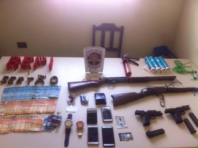 Armas, dinheiro, celulares e relógios foram apreendidos com os suspeitos (Foto: Bepi/Divulgação)