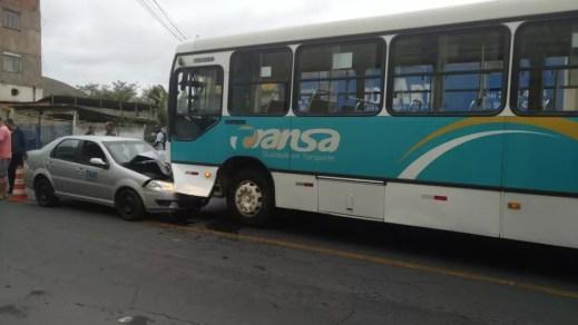 Taxista perde controle do carro e bate de frente com ônibus em Três Rios — Foto: Arquivo Pessoal