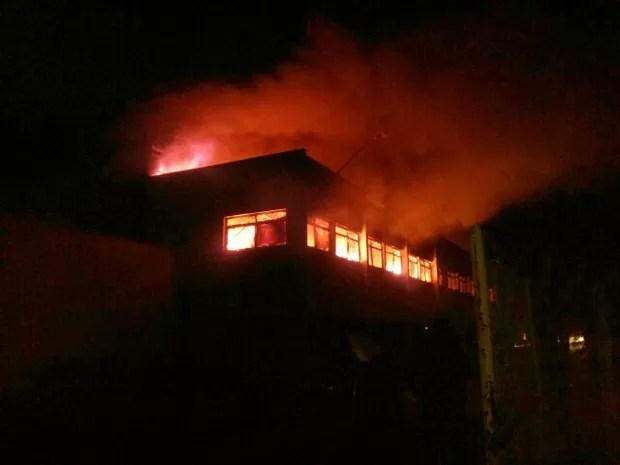 Incêndio atinge fábrica de autopeças em Caçapava (Foto: Leandro Takahashi/ Vanguarda Repórter)