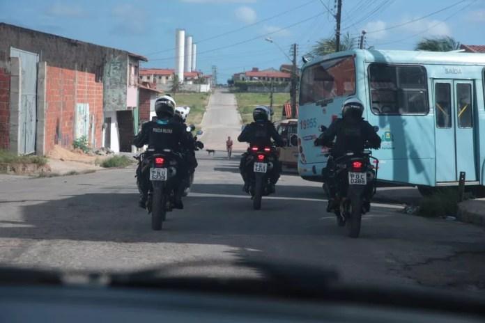 Ônibus são escoltados por policiais em Fortaleza após sequência de ataques — Foto: José Leomar/Diário do Nordeste