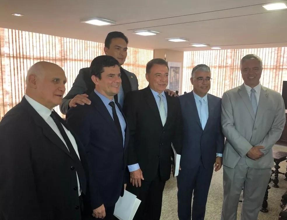 Sergio Moro posa ao lado de senadores após reunião sobre projeto que trata do abuso de autoridade — Foto: Delis Ortiz/TV Globo