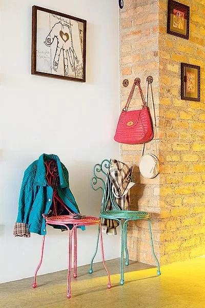 No hall de entrada, a cantora Patricia Talem dispôs cadeiras, da Coisas da Doris, para pen-durar casacos, além dos ganchos para bolsas (Foto: Edu Castello)