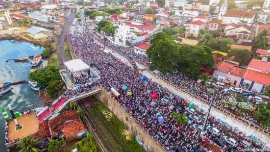 Milhares de fiéis foram à Pedra do Rosário, no Paço da Pátria, homenagear Nossa Senhora da Apresentação, padroeira de Natal (Foto: Canindé Soares)