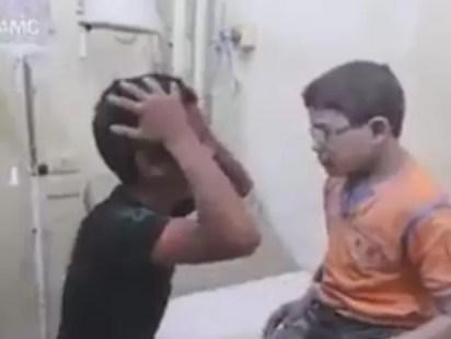 Irmãos se encontram após bombardeio que deixou uma dezena de mortos em Aleppo (Foto: AMC/ Reprodução G1)