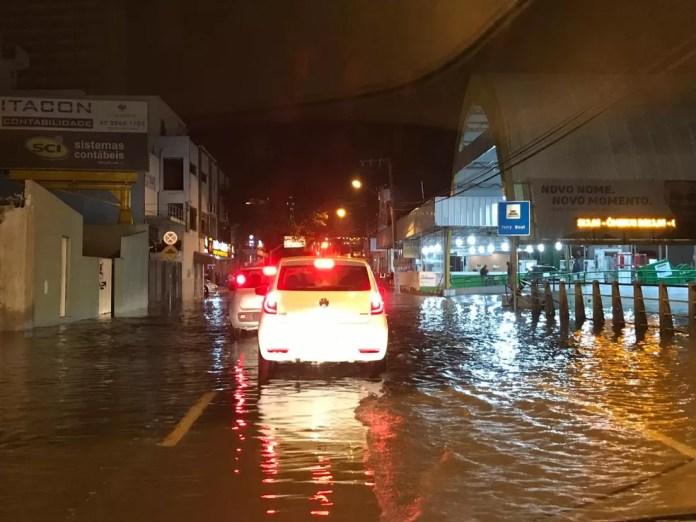 Maré alta no Centro de Itajaí na noite deste sábado (6) — Foto: Fabiano Correia/NSC TV