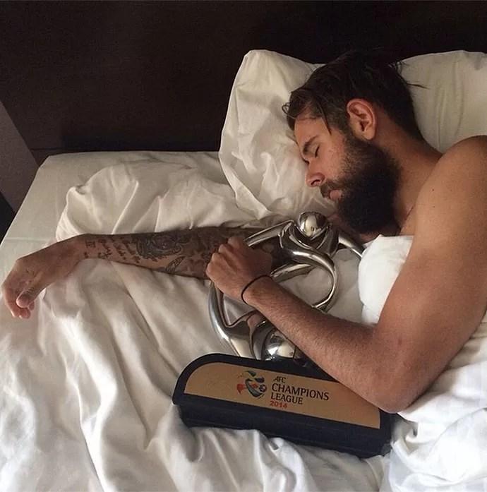 Vitor Saba com a taça da Liga dos Campeões da Ásia (Foto: Reprodução / Instagram)
