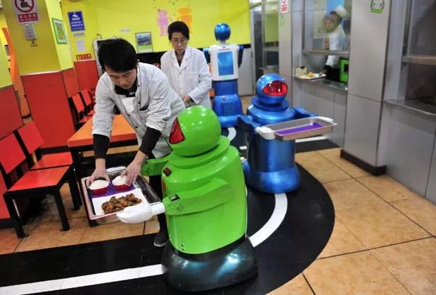 Robôs estão preparados para cozinhar, entregar pedidos e levar menus (Foto: Sheng Li/Reuters)