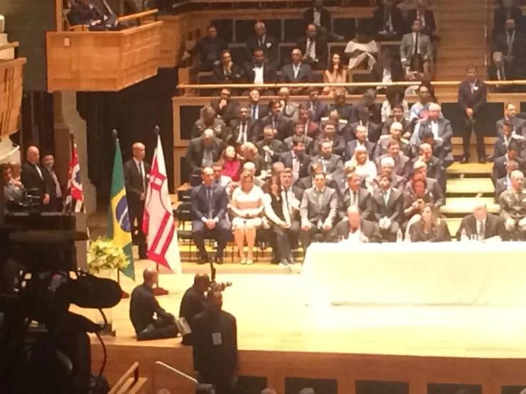 Deputados federais eleitos Joice Hasselmann e Eduardo Bolsonaro assistem juntos à cerimônia de diplomação  — Foto: Tahiane Stochero/G1