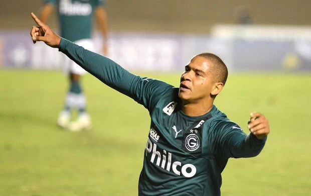 Walter Comemora gol do Goias contra o Grêmio (Foto: Carlos Costa / Futura Press)