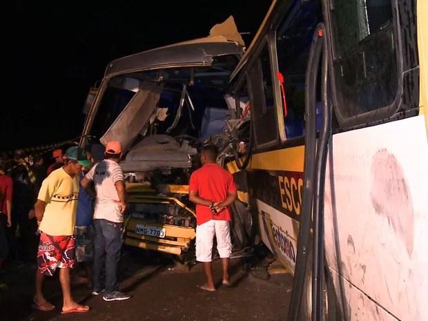 Impacto deixou destruídos os ônibus que transportavam os estudantes (Foto: Reprodução/TV Gazeta)