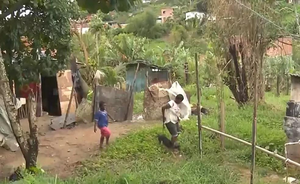 Barraco improvisado no bairro de Nova Constituinte, em Salvador — Foto: Reprodução/TV Bahia