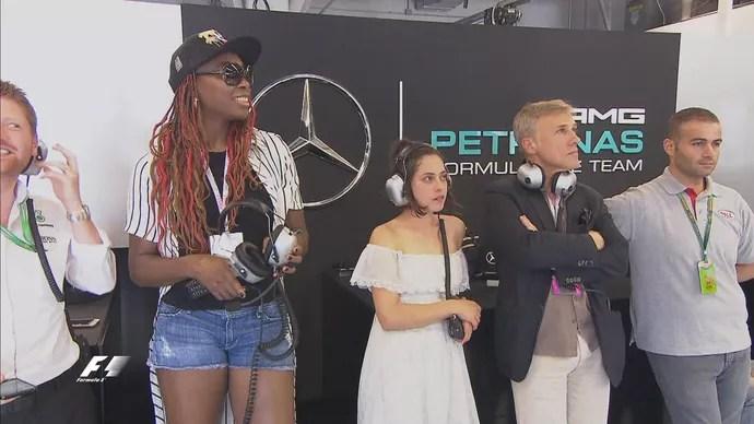 Venus Williams, Rosa Salazar e Cristopher Waltz nos boxes da Mercedes durante treino classificatório (Foto: Divulgação)