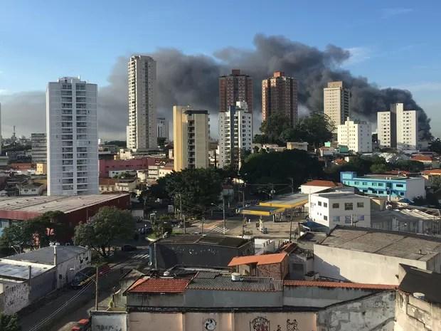 Fogo atinge fábrica na Vila Formosa (Foto: Cauê Fabiano/G1)
