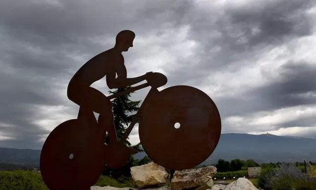 No Monte Ventoux, ponto lendário do Tour de France, escultura homenageia os ciclistas que se aventuram pela montanha dos Alpes Franceses
