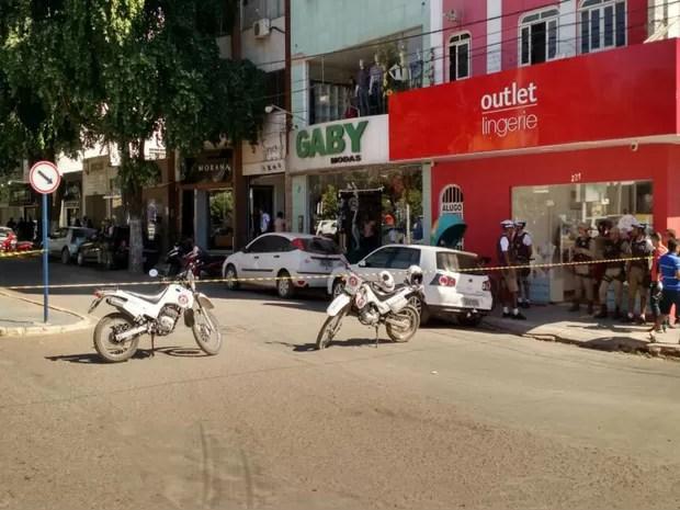 Ruas interditadas pela polícia no centro de Barreiras (Foto: Nino Moreira / TV Oeste )