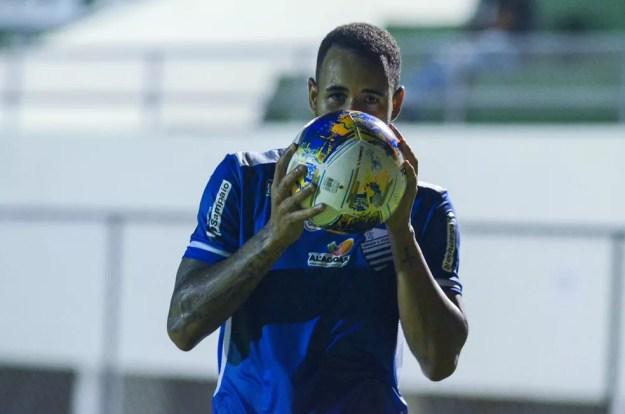 Marco Túlio fez o primeiro gol do CSA contra o Confiança — Foto: Augusto Oliveira/ASCOM CSA