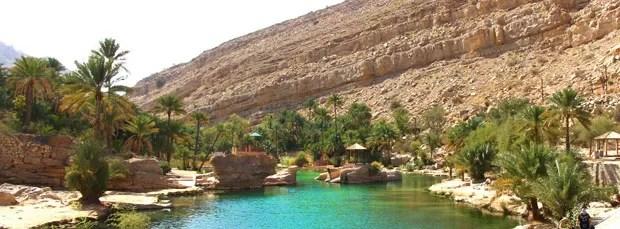 A área isolada de vegetação ao lado de uma cachoeira de água doce envolve as estruturas do parque. Um paraíso no meio do deserto!
