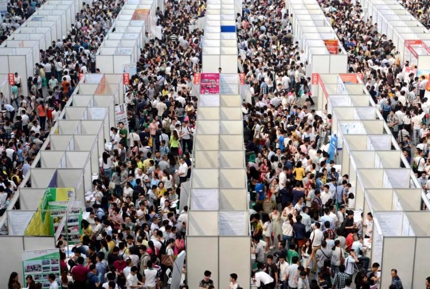 Desempregados em busca de oportunidade de trabalho em feira de Chongqing