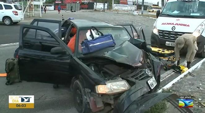 Veículo ficou destruído após o acidente na Avenida Colares Moreira em São Luís — Foto: Reprodução/TV Mirante