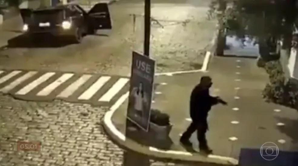 Após atacar agências bancárias, criminosos circularam por ruas de Mococa, no interior de São Paulo, e atiraram contra lojas — Foto: TV Globo/Reprodução