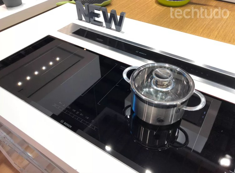 A partir de um sensor inteligente, o fogão por indução controla a própria temperatura e sabe quando parar — Foto: Anna Kellen Bull/TechTudo