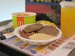Prato com arroz e feijão vem acompanhado de farofa, hambúrguer, salada e fruta (Foto: Anne Barbosa/G1)