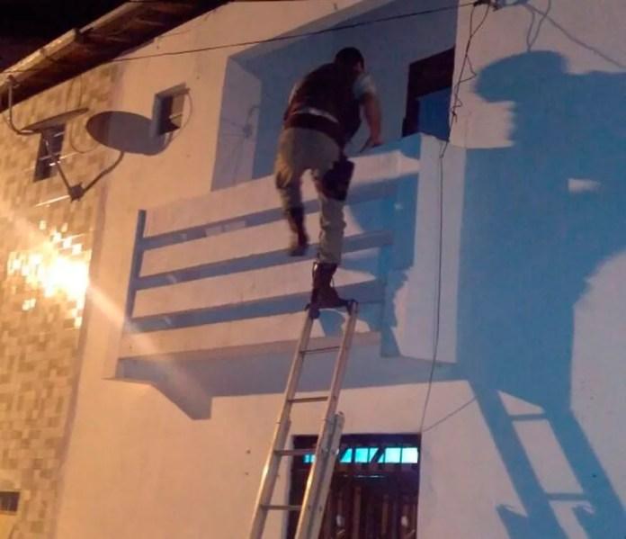 Policiais acessaram o apartamento onde a criança estava pela varanda (Foto: Divulgação/SSP)