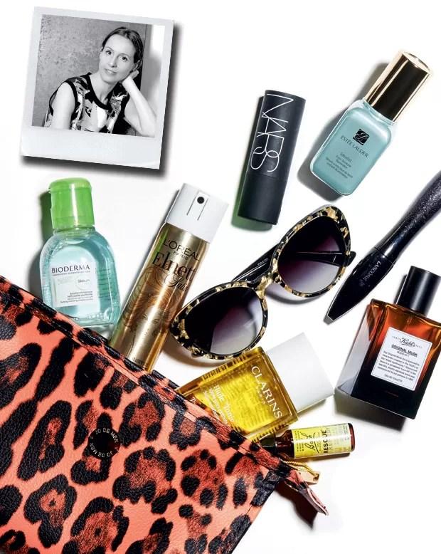1 Água de limpeza em miniatura Sébium (€ 5), da Bioderma; 2 spray para o cabelo Elnett (uS$ 13), da L'Oréal Paris; 3 bastão multifuncional the Multiple, cor Malibu (R$ 169), da Nars; 4 sérum Idealist (uS$ 82), da Estée Lauder; 5 óculos Dolce & Gabbana para Luxottica; 6 máscara Hypnôse Star (R$ 155), da Lancôme; 7 perfume Original Musk (R$ 183), da Kiehl's; 8 óleo tonificante para corpo Huile tonic (R$ 204), da Clarins; 9 floral Rescue Remedy (R$ 40), da Florais de Bach; 10 nécessaire Jo de Mer (Foto: Thiago Justo)