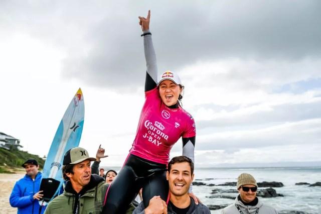 Carissa Moore comemora o título em J-Bay — Foto: Divulgação/WSL