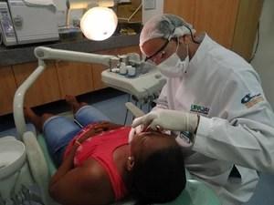 O ex-jogador de futebol e comentarista esportivo Lúcio Surubim também trabalha como dentista. (Foto: Luna Markman / G1)