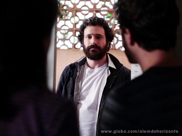 André vai até a casa de William procurando por Tereza (Foto: Felipe Monteiro/TV Globo)