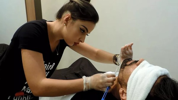 Jovem domina navalhas e é barbeira em Rio Preto (SP) (Foto: Marcos Lavezo/G1)