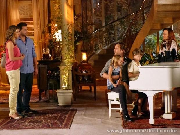Ester e Cassiano encontram Alberto ao piano com Laurinha (Foto: Flor do Caribe/TV Globo)