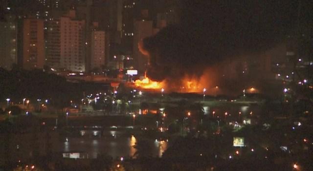 É possível ver de longe as chamas no depósito (Foto: Reprodução/TV TEM)