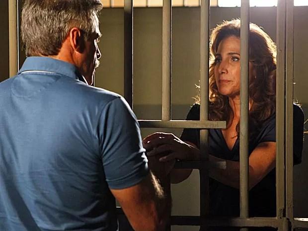 Wanda se faz de inocente e engana Nunes (Foto: Salve Jorge/TV Globo)