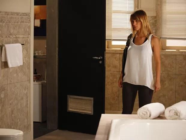 Jéssica reconhece o banheiro que ficou com Morena (Foto: Salve Jorge/TV Globo)
