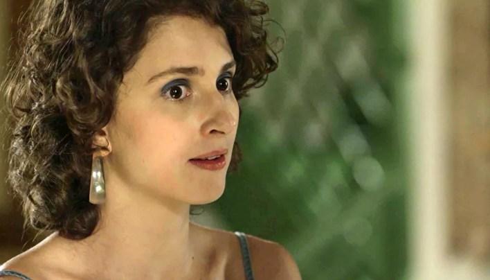 Stefânia (Carol Duarte) leva Stela (Vanessa Giácomo) à pousada de Ondina (Ana Beatriz Nogueira) para buscar pistas, em 'O Sétimo Guardião' — Foto: TV Globo