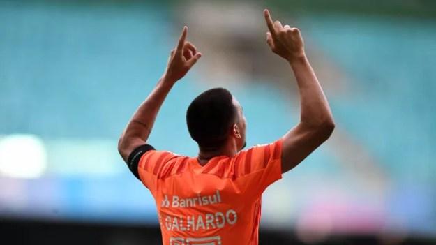 Thiago Galhardo comemora gol marcado contra o Bahia