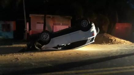 Motorista perdeu o controle do veículo ao desviar de um cachorro e capotou na AL-101 Norte, em Maragogi — Foto: Ascom/BPRv