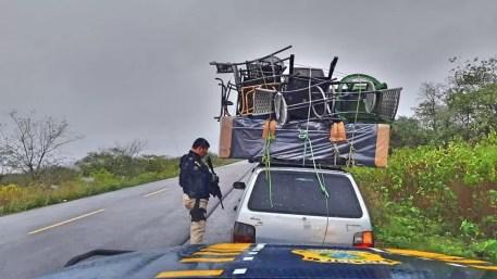Veículo transportava uma cama e sete cadeiras de maneira irregular — Foto: PRF / Divulgação