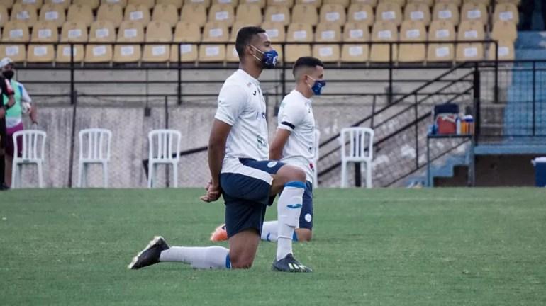 Jogadores do São Bento protestam contra não adiamento da partida contra o Criciúma — Foto: Neto Bonvino/Bento TV