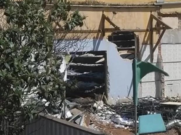 Revestimento acústico da sala de cinema foi atingido pelas chamas (Foto: Reprodução/TV TEM)