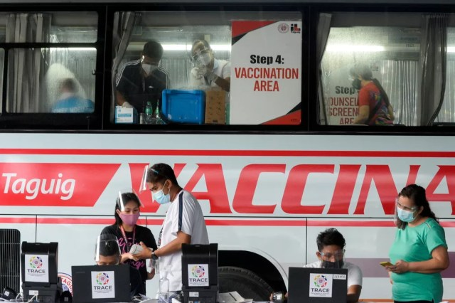 Posto de vacinação contra a Covid-19 em Taguig, nas Filipinas, em 21 de maio — Foto: Lisa Marie David/Arquivo/Reuters