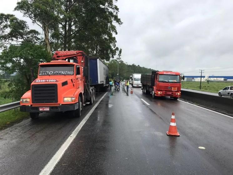 Acidente com caminhão deixa BR-101 em sentido Norte com apenas uma pista — Foto: Fabiano Correia/NSC TV